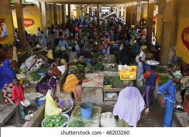 MOPTI - AUGUST 16: Women in the market, each day hundreds of women flock to the fruit and vegetable market to buy or sell food, August 16, 2009 in Mopti, Mali