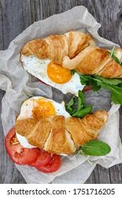 Frühstück mit Rührei, Croissant und Ruba