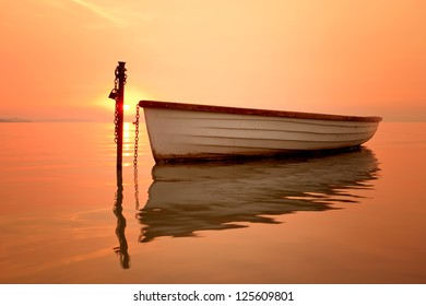 The morning of the lake, the boat docked on the lake