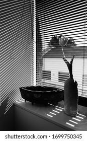 Morgenlicht, das durch die Fensterscheiben in ein Schlafzimmer eindringt