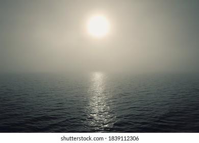 Morgennebel über dem ruhigen Meer.