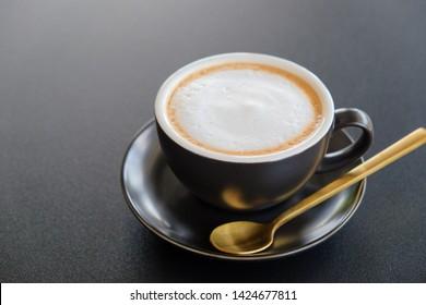 Morgens Cappuccino  Kaffee  auf dunklem Tisch