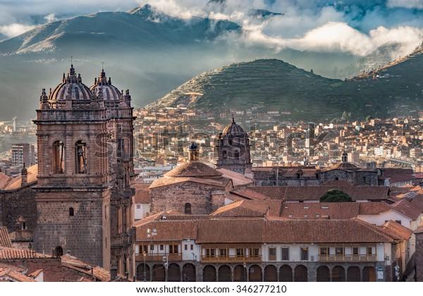 Mañana amanece nublado en la montaña de Adén en la Plaza de armas, Cusco, Perú