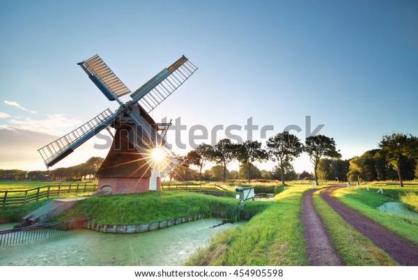 Morgensonne hinter der niederländischen Windmühle, Holland