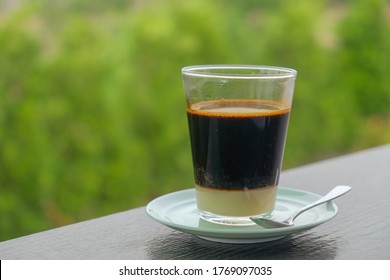 Morgenthailändischer Espresso-Kaffee und Naturhintergrund