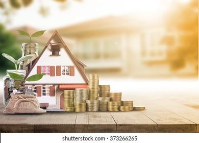 Hipotecas cargando propiedades inmobiliarias con concepto de banco de dinero préstamo.