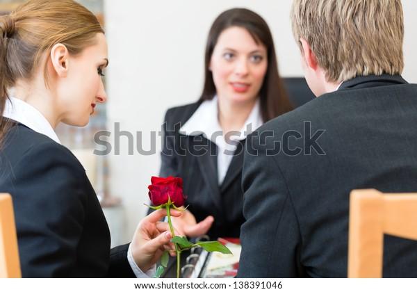 Mortician berät Kunden für die Beerdigung und gibt ihnen Trost