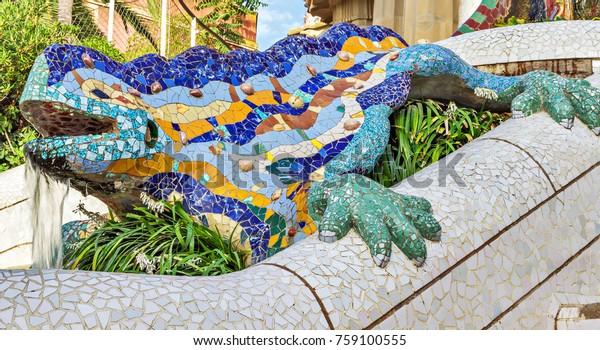 dragon en céramique mosaïque, salamandre, fontaine de lézard - symbole de chance et de bonheur dans le Parc Guell, dessiné par Antonio Gaudi Barcelona, Espagne