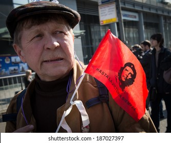 """MOSCOW - APRIL 13, 2014: Opposition meeting in protection of freedom of mass media """"March of truth"""". A man with a flag, which depicts Che Guevara. Spanish text: """"Until victory always"""""""