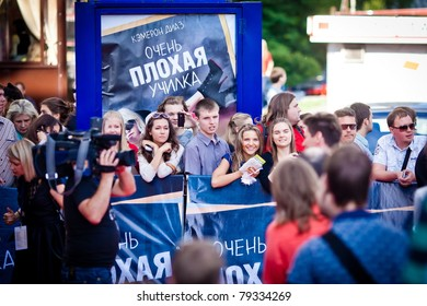 MOSCOW - JUNE 15: Crowd of fans wait for Cameron Diaz on world premiere of 'Bad Teacher' on June 15, 2011 in Octyabr cinema, Moscow, Russia