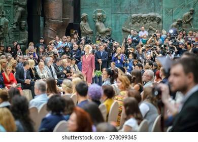 MOSCOW - JUNE 26, 2014: fashion show Russian Silhouette, focus on photographers in Zurab Tsereteli Art Gallery