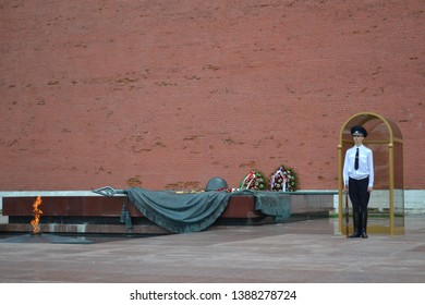 MOSCOW - MAY 31, 2013: soldier in white shirt on guard of honor at the Tomb of the Unknown Soldier in the Kremlin on red square in Moscow. Russia.- Kuva