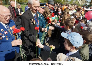 MOSCOW - MAY 5: unidentified School students congratulating the veterans of World War II at the celebration of Victory Day on May 5, 2012 in Moscow, Russia