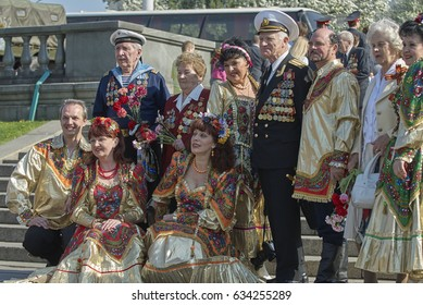MOSCOW, MAY 9, 2010: Collective portrait veteran solders and artists on celebration of Great victory 65th anniversary in Gorky Park. USSR victory in Second World War. 9 May Victory day