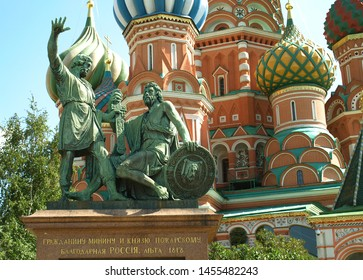 Moscow. Russia. 08.10.17. Basil`s Cathedral, the 16th century. Monument to Minin and Pozharsky.