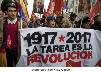 Moscow, Russia. 7th Nov, 2017. Participants in a CPRF march and rally on the Revolution Square to mark the 100th anniversary of the October Bolshevik Revolution in Moscow, Russia