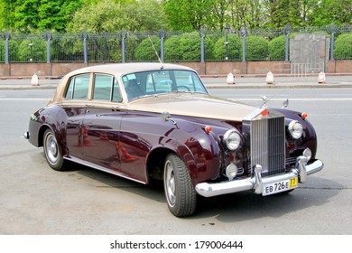 MOSCOW, RUSSIA - MAY 6, 2012: Rolls-Royce Silver Cloud vintage motor car at the city street.