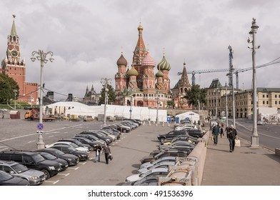 Moscow, Russia -September 08,2016: Area Vasilevsky descent. By area, moving the pedestrians and cars stand
