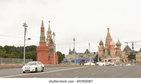 Moscow, Russia -September 08,2016: Area Vasilevsky descent. By area, moving the pedestrians and cars