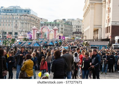MOSCOW, RUSSIA - SEPTEMBER 10, 2016: Celebration of Moscow City 869th birthday under Mosfilm film company leadership. People in line by the entrance to the modern art branch of Tretyakov gallery.