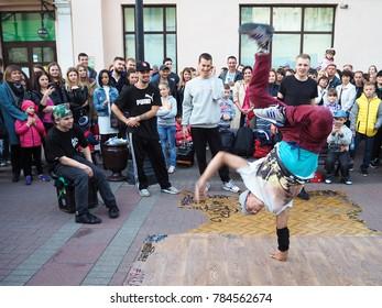 "MOSCOW, RUSSIA - SEPTEMBER, 2017: Street Arbat, ""Old Arbat"" Pedestrian street of the city. Street dancers. Breakdance movement, lifestyle. Dance"
