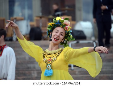 "MOSCOW, RUSSIA SEPTEMBER 9, 2017: The Moscow folklore ensemble ""Gornitsa"" performs on the Prospekt Mira."