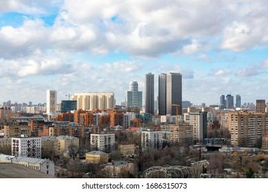 モスクワ。ロシア。高さからモスクワを見る。ロシアの首都の屋根。 曇りの日にモスクワのパノラマ。