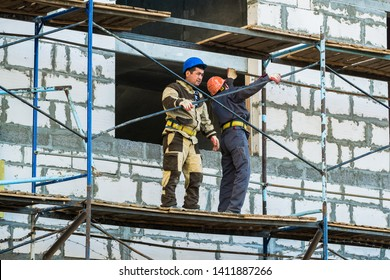 MOSCOW, RUSSIA,APRIL,29.2019:Working men on the scaffolding.Construction of a new shopping center