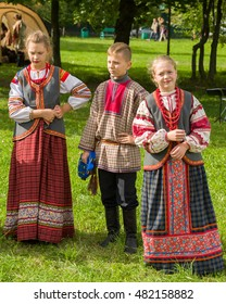 MOSCOW, RUSSIAN FEDERATION - SEPTEMBER 10, 2016: Young people from the Tula region in a traditional Slavic clothes sings. Park in Yasenevo.
