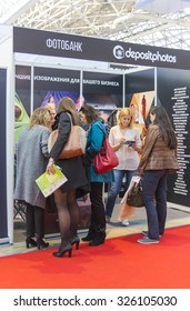 MOSCOW-SEPTEMBER 24, 2015: Visitors are signed by for the purchase of photos in the bank Depositphotos at the International Trade Fair REKLAMA