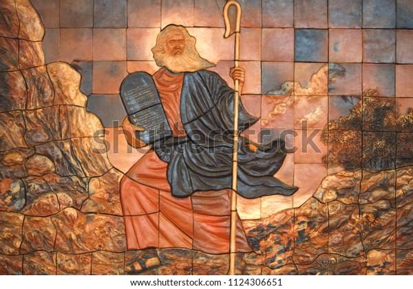 Moses war ein Prophet in den abrahamischen Religionen. Laut der Hebräischen Bibel wurde er von einer ägyptischen Prinzessin adoptiert und später im Leben wurde er Führer der Israeliten und Anwalt