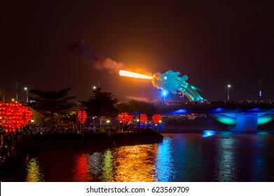 Le plus beau pont de dragon à Da Nang, au Vietnam. Le dragon tire.