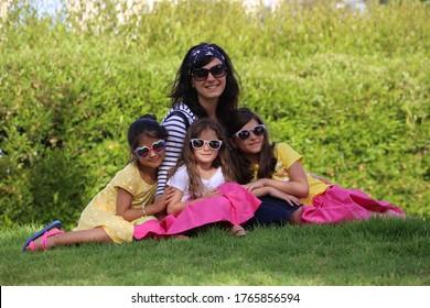 Mutter und 3 Schwestern im Park