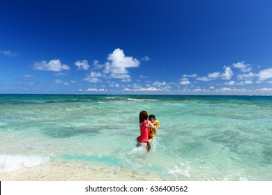 Mother and child to relax at the beach