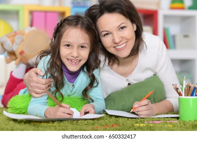 Mother and daughte drawing pictures