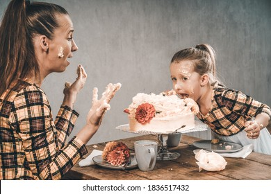 Mother and daughter eat cake with hands cake smash 1