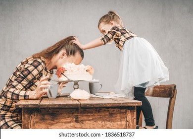 Mother and daughter eat cake with hands and dip mothers head in the cake cake smash 5