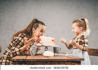 Mother and daughter eat cake with hands cake smash 2