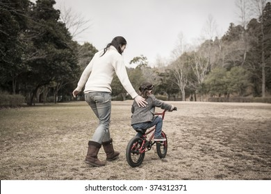 Mother and daughter to the practice of the bicycle