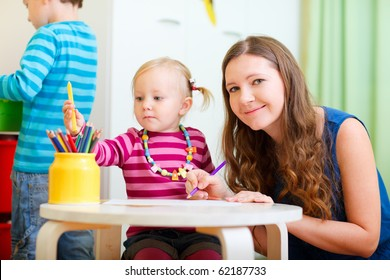 Mother drawing together with her little daughter