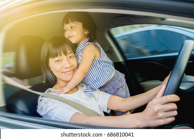 Mother drive car, take the daughter out to hang out, stay in the car together happy.