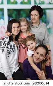 Mother with four daughters portrait - Big family and parenting concept