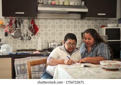 Mutter hilft ihrem Sohn bei der Schularbeit