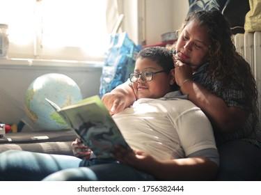 Mutter und Sohn lasen ein Buch auf dem Sofa