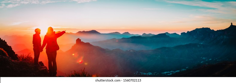Mutter und Sohn reisen bei Sonnenuntergang in Berge, Panorama