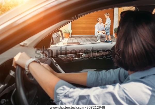 Madre aspetta il figlio in auto