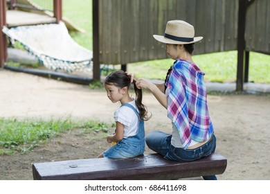 Mother who prepares her daughter's hair