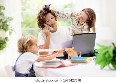 Mutter arbeitet von zu Hause aus mit Kindern. Quarantäne und geschlossene Schule während des Ausbruchs von Coronavirus. Kinder machen Lärm und stören Frauen am Arbeitsplatz. Unterricht zu Hause und freiberufliche Tätigkeit. Junge und Mädchen spielen.