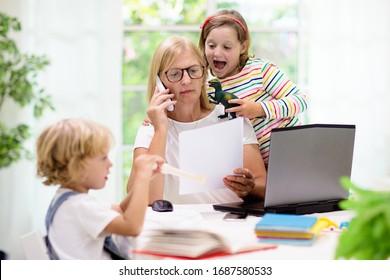 お母さんは家で子供と一緒に働いてる。コロナウイルスの発生中は検疫と閉校。子どもは仕事で女性を騒がせ、邪魔をする。ホームスクーリングとフリーの仕事。遊んでいる少年と女の子。