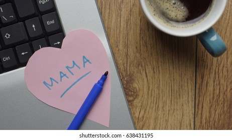 Mother written in Dutch in a heart at a workspace
